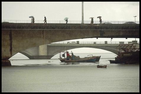 - Gente Na Chuva Na Ponte do Pina